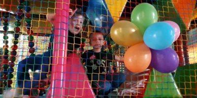 Maluszki w sali zabaw
